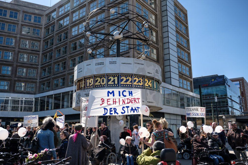 """Bild vom Protest die """"Zeit ist reif"""" am Alexanderplatz"""